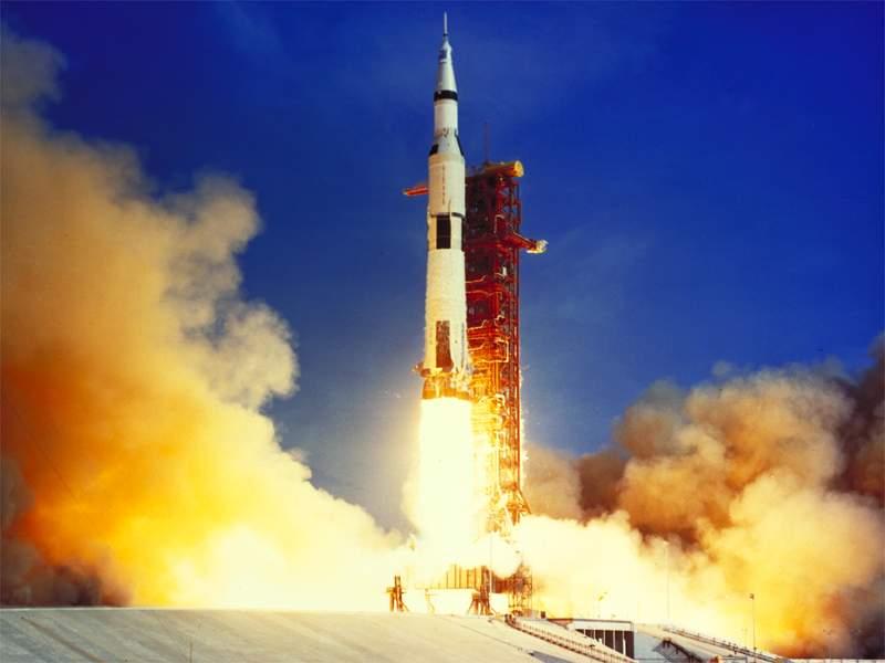 Lanzamiento de la mision Apollo XI con el cohete Saturno-V