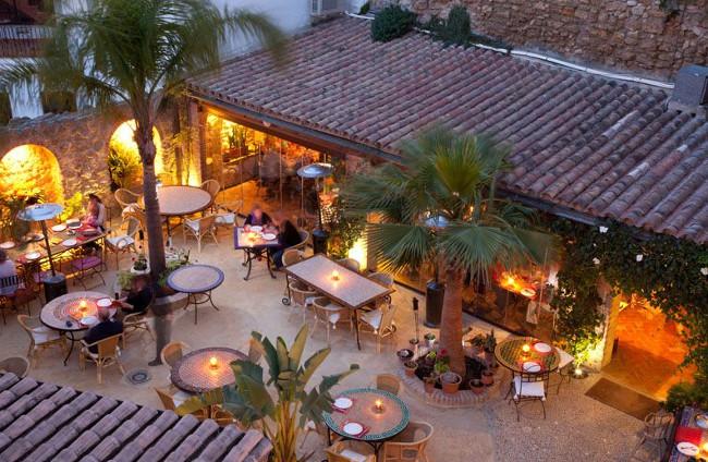 El jardín del restaurante El Califa en una tarde de verano (imagen del hotel)