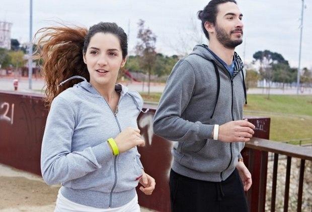 runners con pulseras inteligentes