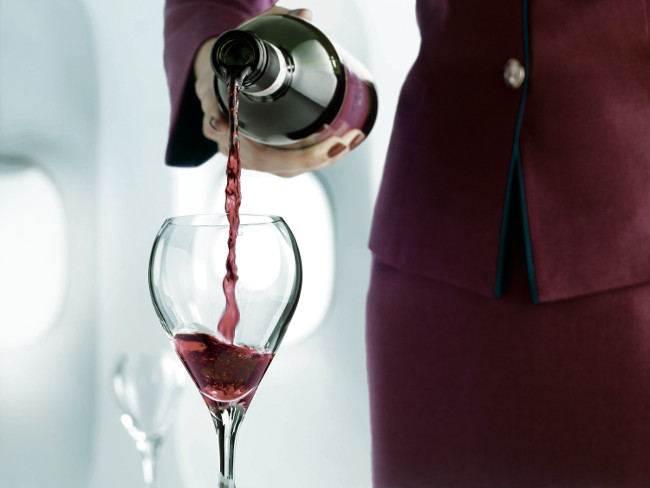 Un servicio de Vino a bordo de un Avion de Qatar Airways.