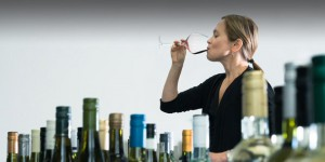 La sommelier Andrea Robinsones, encargada de seleccionar los vinos en Delta