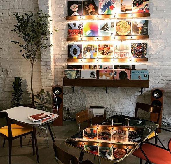 Con un buen café, buena música y ambiente tranquilo, a Faraday irás incluso para trabajar con tu portátil.