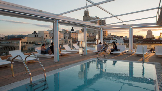 El mejor atardecer de Madrid quizá está en la piscina del Óscar Room Mate.
