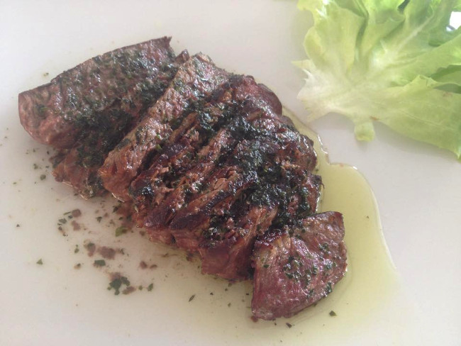 Tagliata para un comensal con hierbas y aceite de oliva.