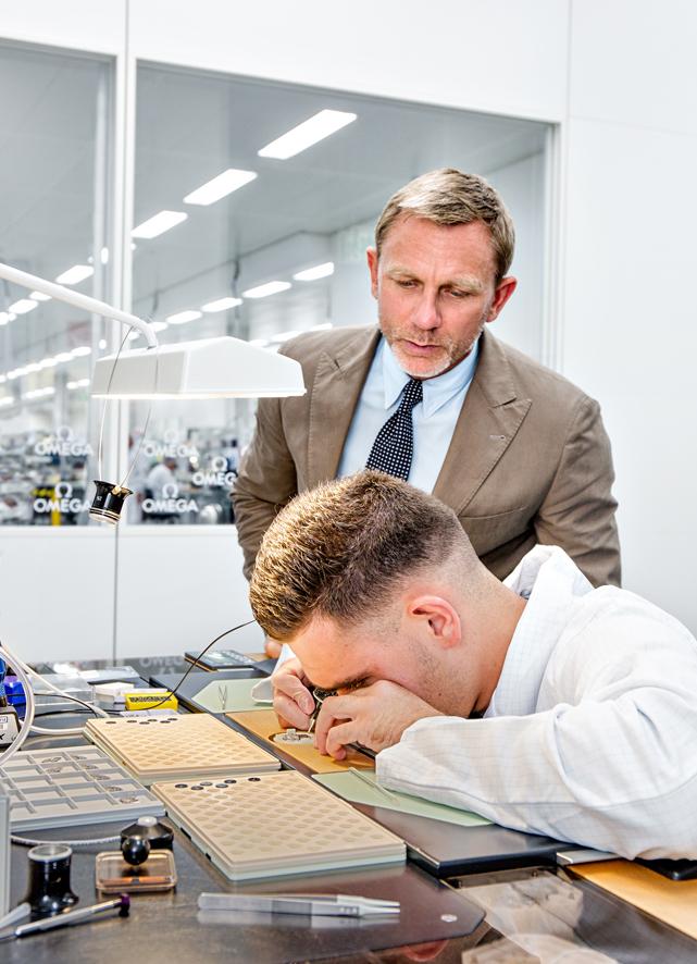 Daniel Craig visita la factoría de OMEGA en Villeret