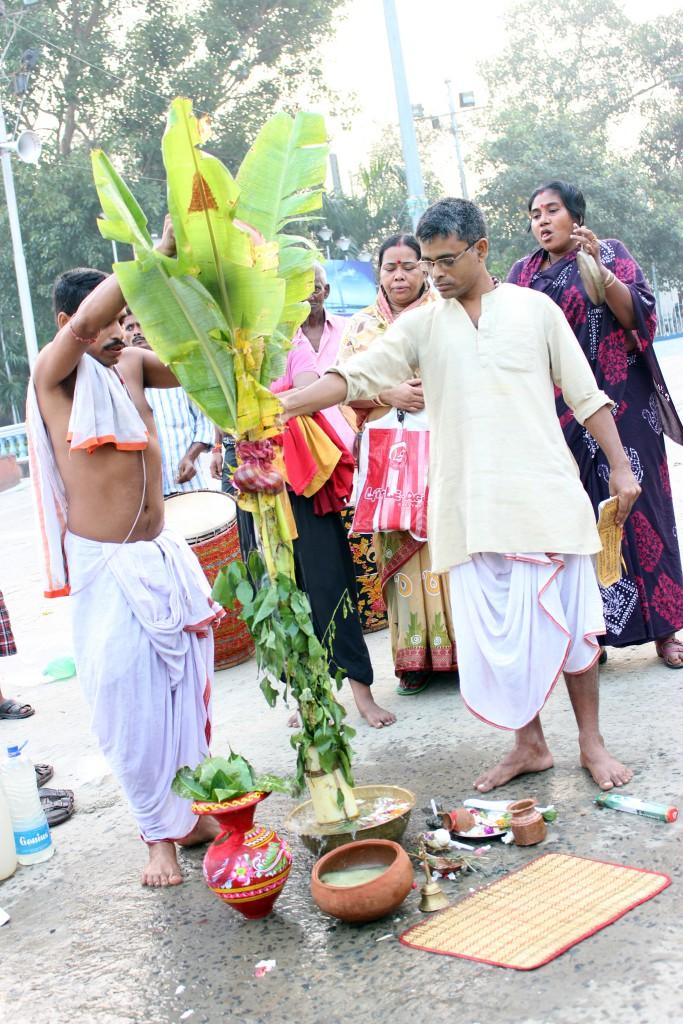 devoción Durga Puja y ritual KALA BOU SNAN