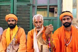 Monjes en la casa Narasingha Dawn