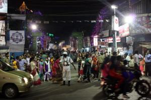 gente en la calle por Durga Puja - © Luis Martín-Crespo