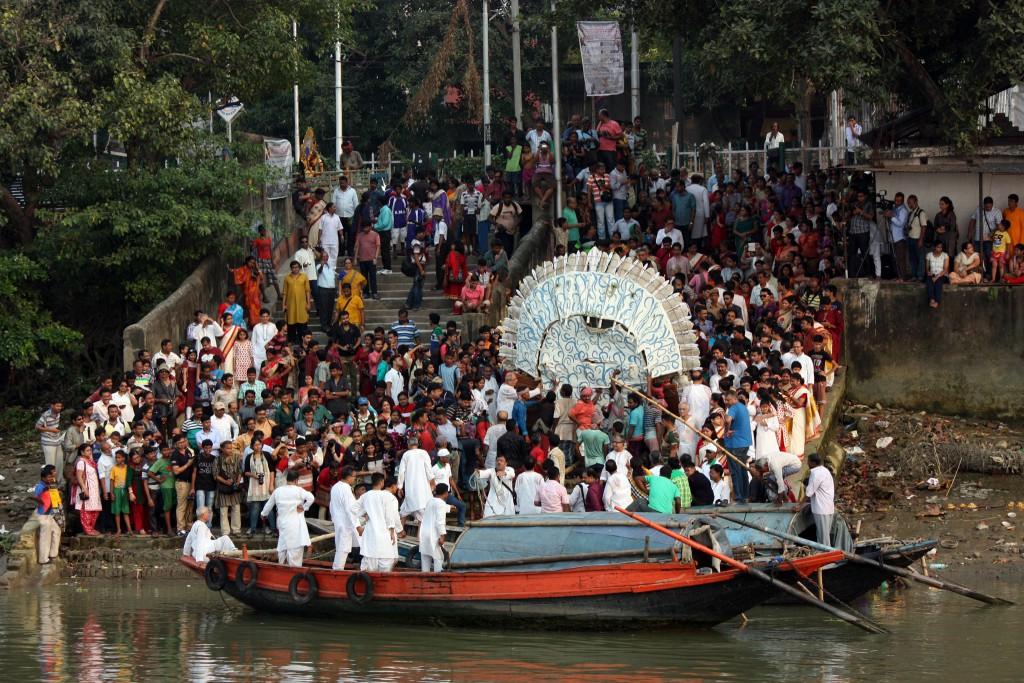 Subiendo a Durga a barcas