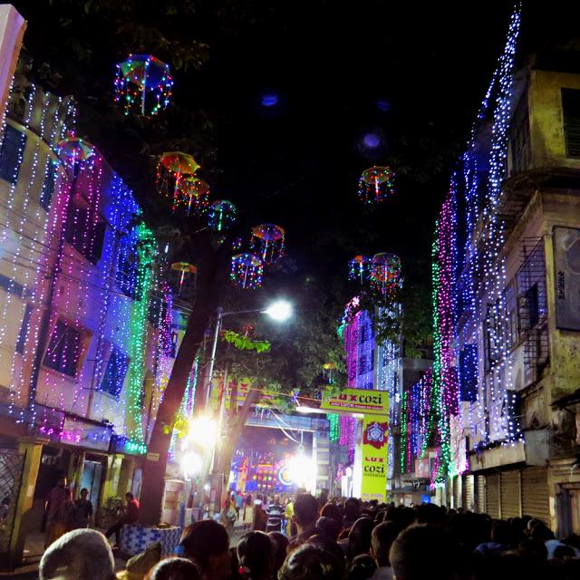 Iluminación de las casas en Durga Puja