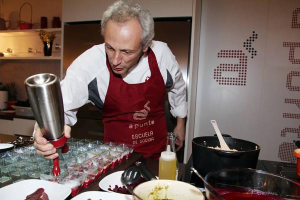 El televisivo chef Jesús Almagro, en plena faena didáctica.