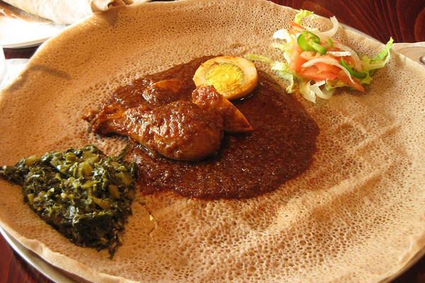 Imagen de un típico plato etíope, con el característico pan plano como base. Imagen de Rose Trinh.