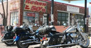 Unas motos aparcadas frente a un clásico local dela Ruta 66.