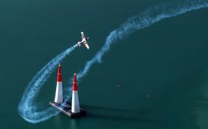 Juan Velarde pasando entre dos pilones en Abu Dhabi