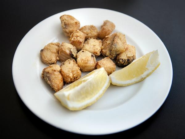 El pescado frito no falta nunca en una mesa ferial. Imagen: Sevilla Ciudad.