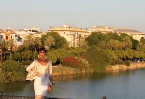 Un vestido moderno de gitana, entallado al cuerpo y con manga larga. Foto: Sevilla ciudad.