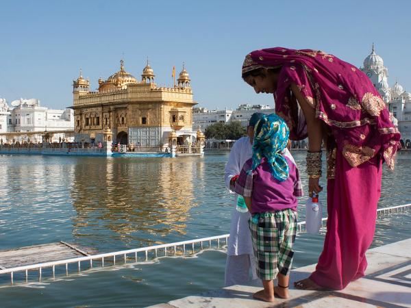 Una mujer y su hijo frente al Templo Dorado, en Amritsar (India).