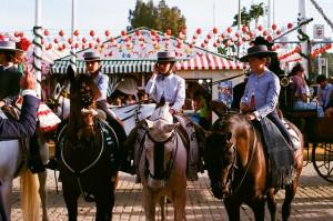 Tres chicos a caballo y de corto en la feria. Imagen: Gabriel R C