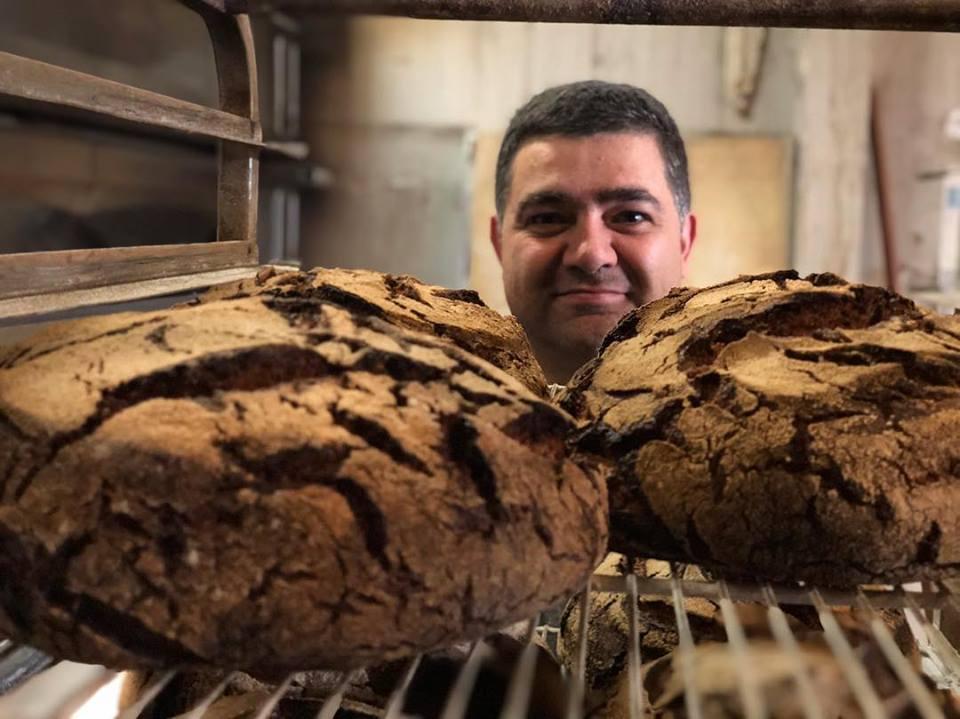 Don Manolo al mando de los centenos integrales en la panadería The Loaf de San Sebastián.