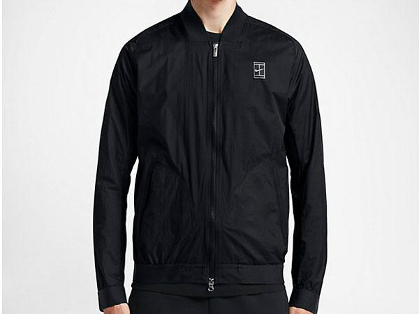 Inspirada en el tenis, es una bomber de líneas más depuradas. Imagen de Nike.