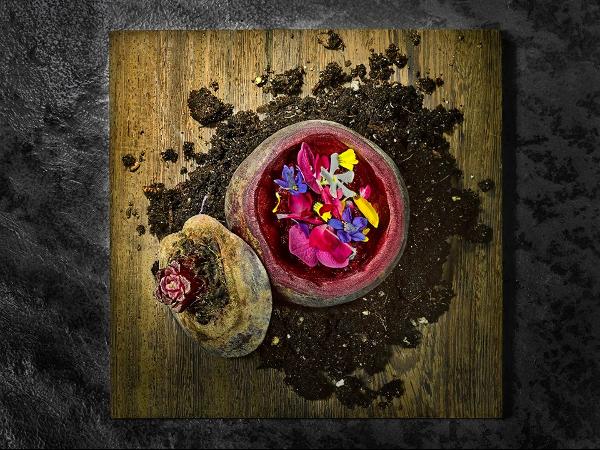 La bellísima ensalada de flores y remolacha. Imagen de su página de Facebook.