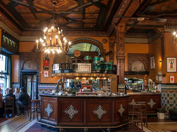 El tiempo se detiene en el Café Iruña.  Imagen de su web.