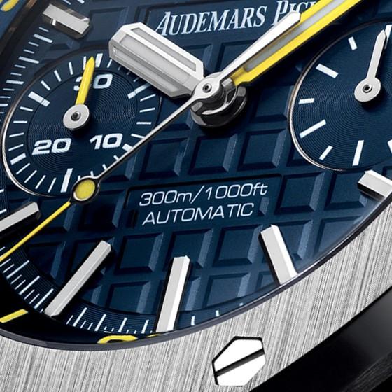 Detalle del reloj en azul donde se aprecian sus exquisitos acabados.