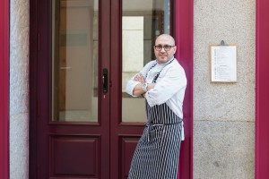 Carlos del Portillo, frente a su restaurante en Madrid. Imagen de su página de Facebook.