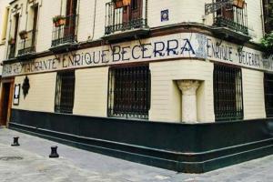 La icónica fachada de la bodega Enrique Becerra, en el centro de Sevilla. Imagen de su página de Facebook.