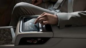BMW Touch Command es una tablet opcional con pantalla de 7 pulgadas que va integrada en el reposabrazos central de la parte trasera.