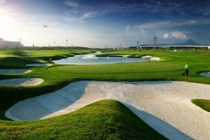 El Aeropuerto de Hong Kong cuenta con un campo de golf de 9 hoyos.