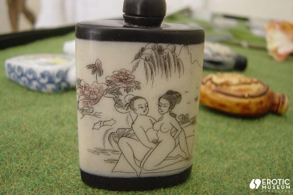"""Bote de perfume chino decorado con motivos """"animados"""" del siglo XIX. Hueso y porcelana. Museo de l'Erótica (Barcelona)."""