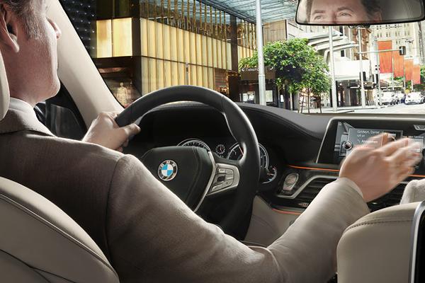 Con el control de gestos BMW, se pueden manejar determinadas funciones con  movimientos concretos de las manos.