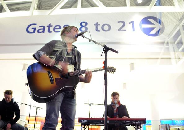 James Blunt en concierto en la T5 del Aeropuerto JFK de Nueva York.