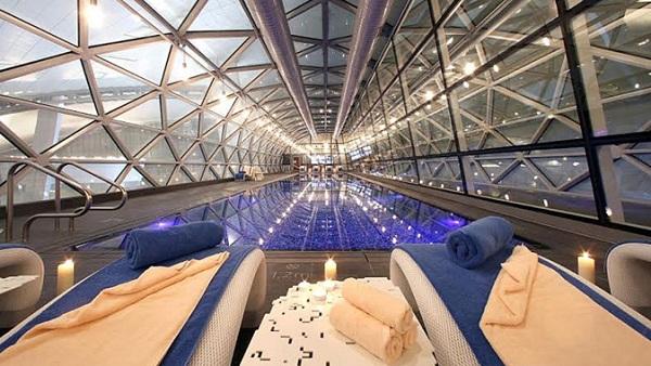 La piscina es de entrada libre para pasajeros de clases superiores; pero pagando un plus todo viajero puede disfrutar de sus 25 metros