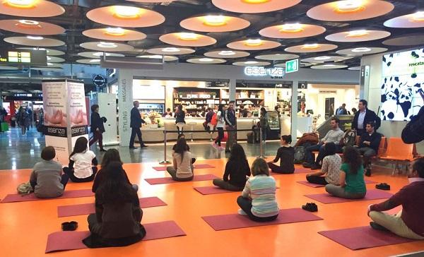 Yoga-stretching o Tai Chi ahora es posible en plena T4S del Aeropuerto de Madrid.