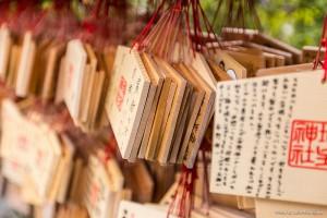 En los templos, los deseos se escriben en las tablillas ema y se cuelgan en un muro para que los dioses puedan leerlas.