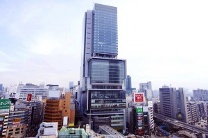 Hikarie. Majestuoso al lado de los demás edificios de Shibuya.