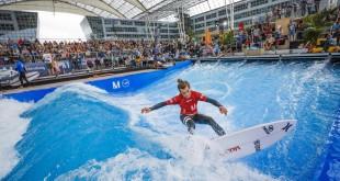 Niños y adultos pueden coger olas durante el festival 'Surf&Style' que se celebra cada mes de septiembre.