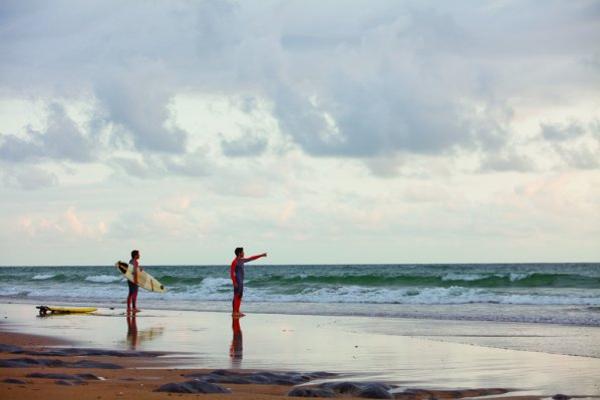 """No faltan surfistas que buscan las mejores olas. Fuente: Servidor web del Turismo do Alentejo ERT y Agência Regional de Promoção Turística do Alentejo """"www.visitalentejo.pt""""."""