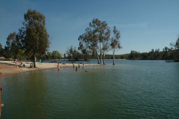 """Un baño refrescante a orillas del Guadiana. Fuente: Servidor web del Turismo do Alentejo ERT y Agência Regional de Promoção Turística do Alentejo """"www.visitalentejo.pt""""."""