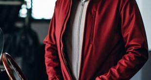 Otra propuesta de bomber es ésta de Loro Piana en cashmere y seda para un hombre muy dandi.