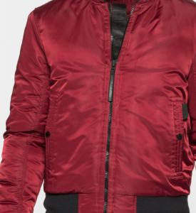 La tradicional 100% nylon pero reinterpretada por Tommy Hilfiger en el color que este otoño viene pegando fuerte, el burdeos.