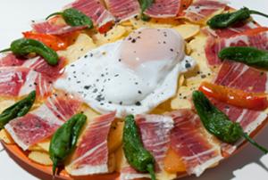 Un huevo de oca con jamón y pimientos, en Platos Rotos.