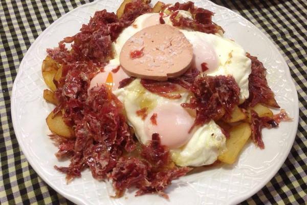 Los huevos rotos con jamón y foie de Vermutería Lou. Imagen de su página de Facebook.