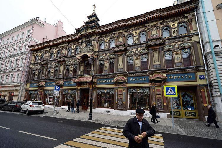 """Llama la atención el edificio (s XIX) de """"Casa Perlov"""", uno de los salones de té más antiguos de Moscú."""