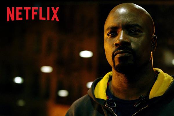 Una buena sudadera con capucha y un físico increíble: ya tenemos a Luke Cage. Imagen de Netflix.