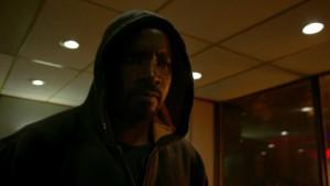Luke Cage no se separa de sus sudaderas con capucha, que suelen acabar llenas de agujeros de bala.