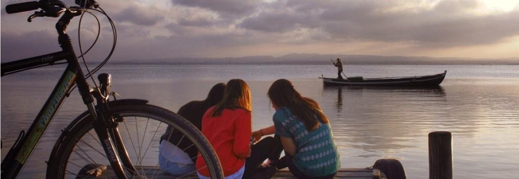 La puesta de sol: parece que el tiempo se detenga al borde del lago.