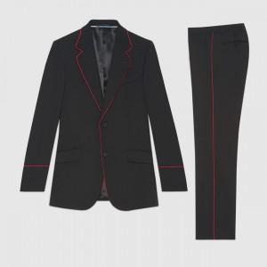 Gucci ofrece también su esmoquin Heritage con ribetes rojos.